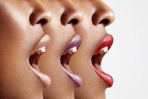 profilo di donna a bocca aperta foto