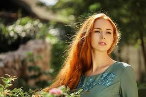 Ritratto di arte di una bella ragazza con lunghi capelli rossi foto