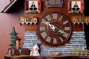 orologio a cucù con uccellino foto