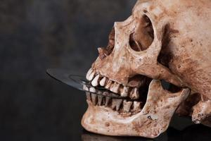 cranio umano e dvd in bocca foto