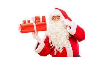 Babbo Natale con doni isolati su bianco, con spazio di copia foto