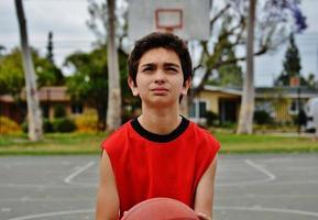 ragazzo giocando a basket foto