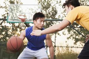 due giocatori di strada sul campo da basket foto