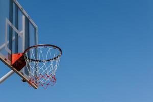 tavola da basket e cerchio con cielo blu. foto