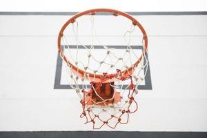 canestro da basket nel cortile foto