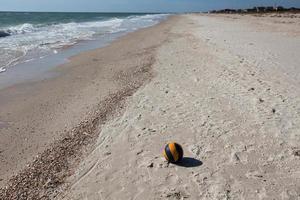 palla da pallavolo sulla spiaggia di sabbia foto
