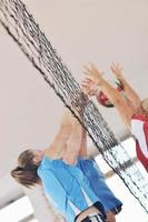 ragazze che giocano a pallavolo indoor foto