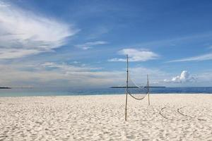 pallavolo su una spiaggia deserta