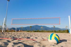 vista di messa a fuoco selettiva di beach volley accanto al parco giochi foto