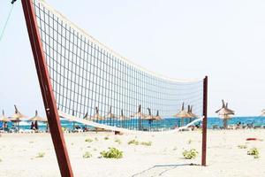 rete da pallavolo su una spiaggia foto