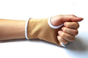 stecca della mano del primo piano per il trattamento dell'osso rotto isolato su bianco