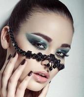 Ritratto di una bella ragazza con accessorio