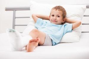 frattura del tallone della gamba del bambino o bendaggio dell'intonaco dell'osso del piede rotto