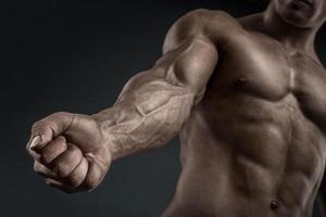 primo piano del braccio muscoloso atletico e torso