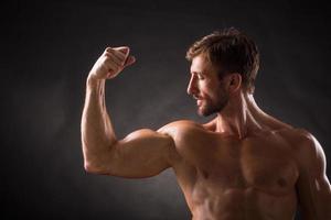 bicipiti di bodybuilder foto