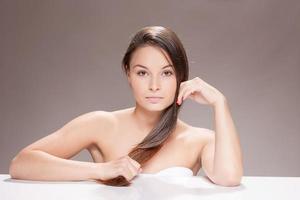 giovane donna con i capelli castani. foto