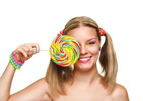 ragazza che mangia lecca-lecca colorata. lecca-lecca. foto
