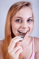 ragazza che mangia la barretta di cioccolato foto