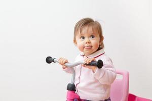 bigmouth di un bambino sul suo triciclo foto
