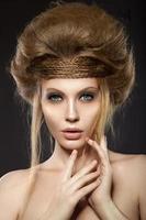 bella ragazza dai capelli rossi con una pelle perfetta e un'acconciatura insolita.