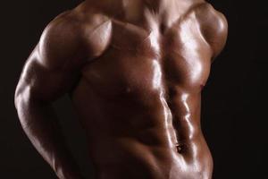 uomo muscoloso che mostra addominali