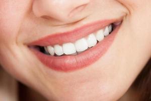 immagine ritagliata di donna sorridente foto
