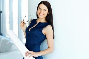 giovane architetto femmina standind in un ufficio. uomini d'affari foto