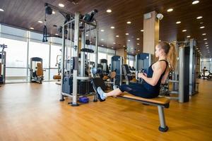 concetto di sport, fitness, stile di vita e persone - flessione della giovane donna foto
