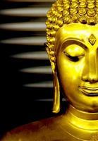 primo piano dorato del buddha foto