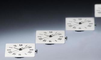 primo piano di orologi foto