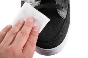 lucidatura di scarpe da vicino foto