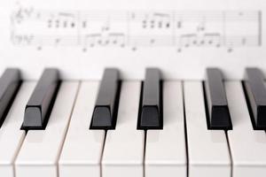 tastiera di piano del primo piano foto