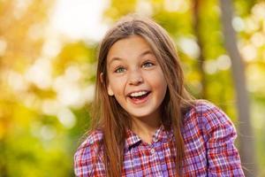piccolo ritratto di ragazza ridendo nel parco d'autunno