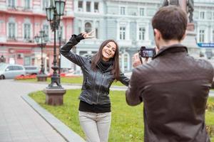 uomo che fa foto di ridere donna all'aperto