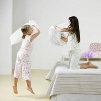 ragazze che combattono con i cuscini foto