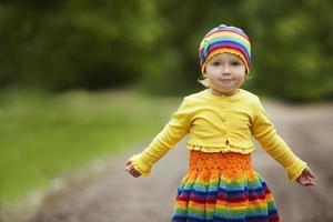 la bambina saluta le mani in alto foto