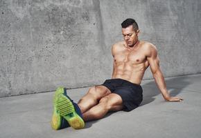 uomo muscoloso rilassante dopo allenamento foto