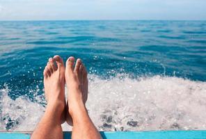 coppia di piedi rilassanti in riva al mare