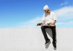 lo skateboarder si rilassa