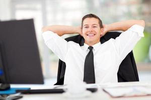giovane imprenditore rilassato in ufficio foto