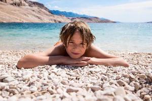 rilassarsi sulla spiaggia di ciottoli foto