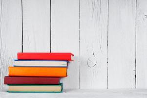libri su una mensola in legno.