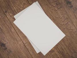 modello vuoto del modello del libro bianco su fondo di legno