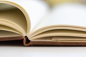 da vicino su pagine di libri aperti foto