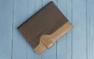 libro a copertina rigida su fondo di legno