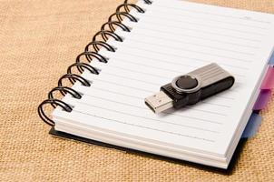 aprire il raccoglitore ad anelli del diario e l'unità flash foto