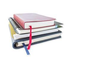pila di libri su uno sfondo bianco foto