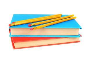 libri e matite. su sfondo bianco foto