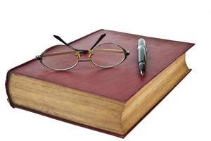 vecchi libri con occhiali e penna isolato su bianco foto