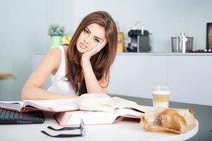 donna giovane studente con un sacco di libri di studio